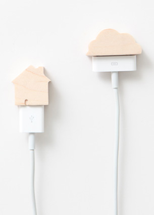 I love these wooden caps by pana objects! These USB peripheral caps are beautifully crafted from carefully chosen woods, designed to decorate your desk.