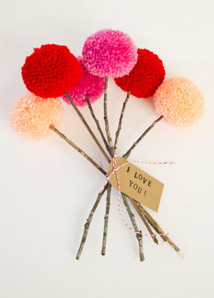 Pom poms are perfect to add some color to your home! I like these happy fluffy decorative balls made ​​from wool, paper, cotton and even plastic.