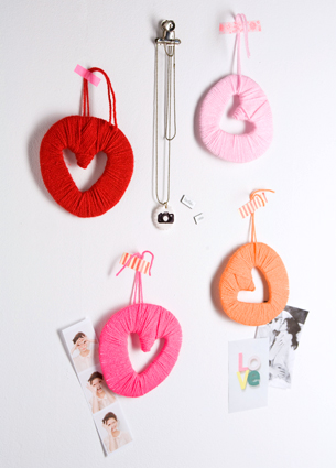 Only two weeks to go until Valentines! Do you have your valentines gift ready? If not or if you just want to fill your home with some love, then you can make these DIY Valentines lovechains.